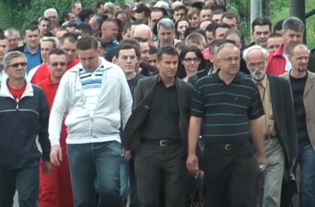 SJEĆAMO LI SE: Novalić je odbio gasiti fabrike, a radnici su ga ispratili sve do kuće